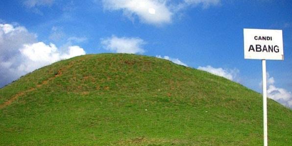 Terasa damai dan tenang suasana candi yang sudah berselimut tanah dan rumput hijau