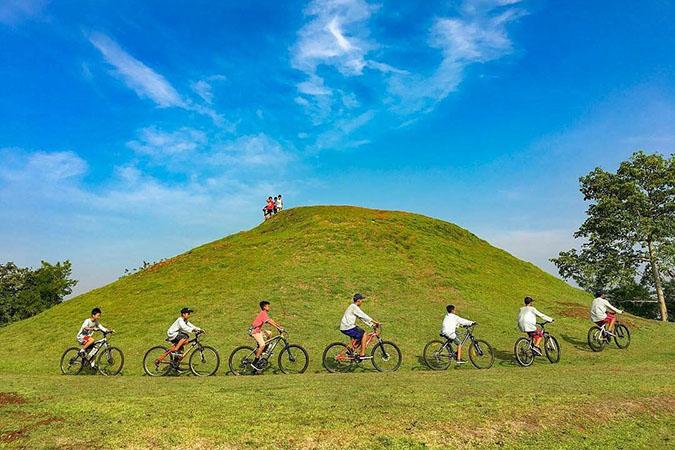 Menikmati hari dengan bersepeda di bukit teletubies